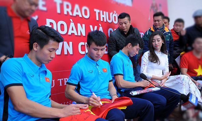 Các tuyển thủ U23 Việt Nam Bùi Tiến Dũng, Quang Hải và Nguyễn Văn Hậu ký tặng người hâm mộ trong buổi giao lưu trực tuyến tại báo Tiền Phong