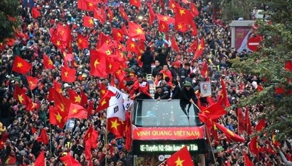Những con đường tràn ngập sắc đỏ và tiếng hò reo của người dân để chào đón các người hùng trở về