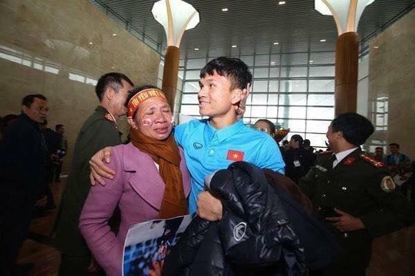 Người mẹ xứ Nghệ nức nở trong vòng tay con trai, cầu thủ Xuân Mạnh.