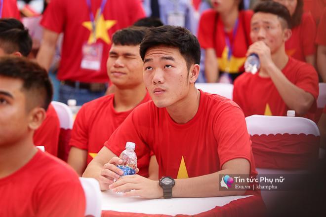 Đội trưởng Lương Xuân Trường luôn giữ thái độ nghiêm túc, chăm chú theo dõi các tiết mục trên sân khấu.