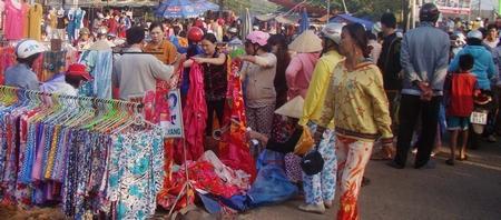 Tội phạm thường trà trộn vào các buổi chợ tết để móc túi, rạch giỏ xách, người dân cần cảnh giác. Ảnh minh họa