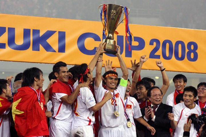 Đội trưởng Tài Em nâng cao chiếc cúp vô địch Đông Nam Á năm 2008. Ảnh: Zing.vn