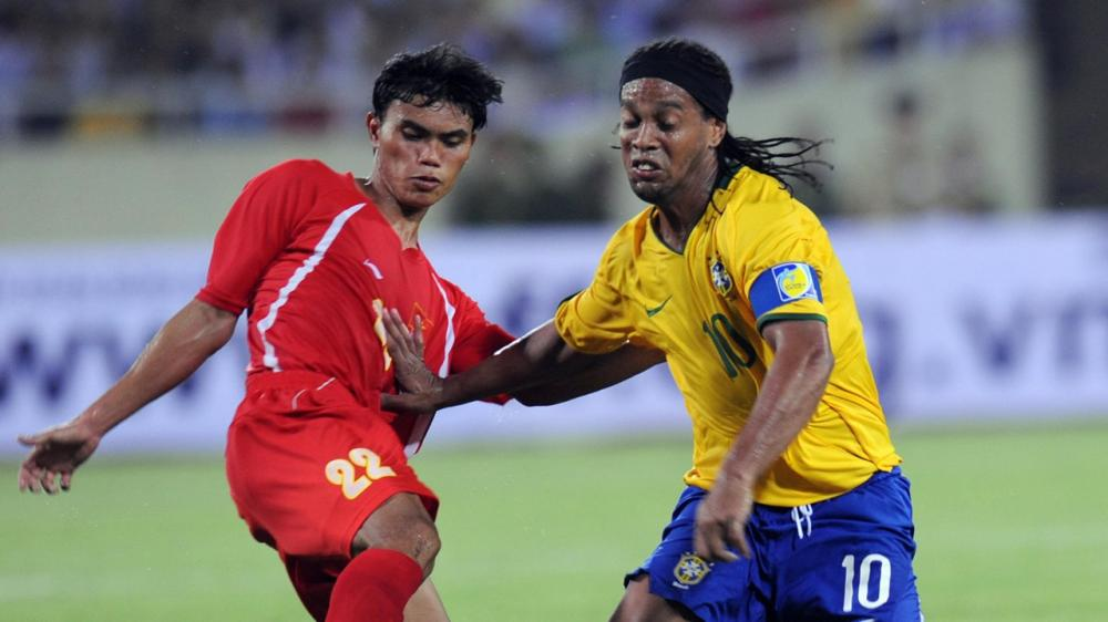 Tài Em từng có cơ hội so tài cùng Ronaldinho tại Mỹ Đình. Ảnh: Getty Images.