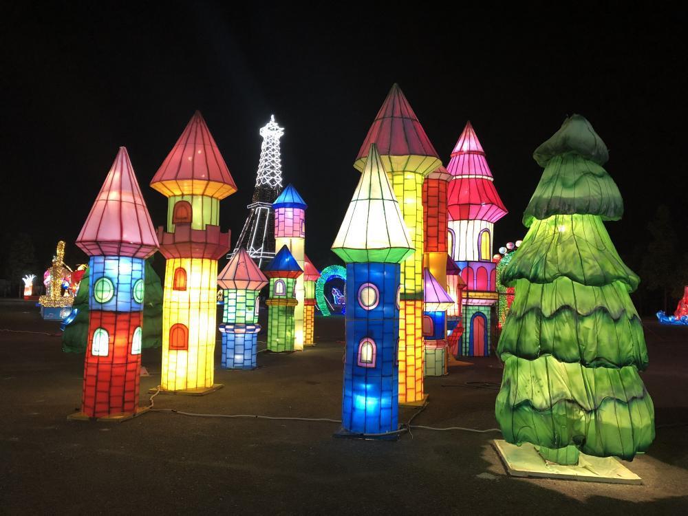 Được biết, sự kiện này mang tên Lễ hội Đèn lồng khổng lồ Việt Nam – Hàn Quốc, diễn ra từ  ngày 10/2 đến ngày 25/2 tại Quảng trường 586 (Khu Dân cư 586, đường Mai Chí Thọ, phường Phú Thứ, quận Cái Răng, TP Cần Thơ).