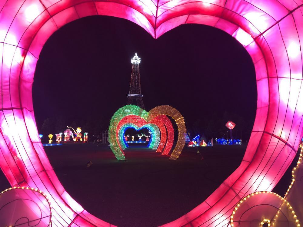 Đến lễ hội đèn lồng khổng lồ, người dân sẽ được chiêm ngưỡng những chiếc đèn lồng lung linh sắc màu, mang đậm màu sắc truyền thống của người dân Hàn Quốc.