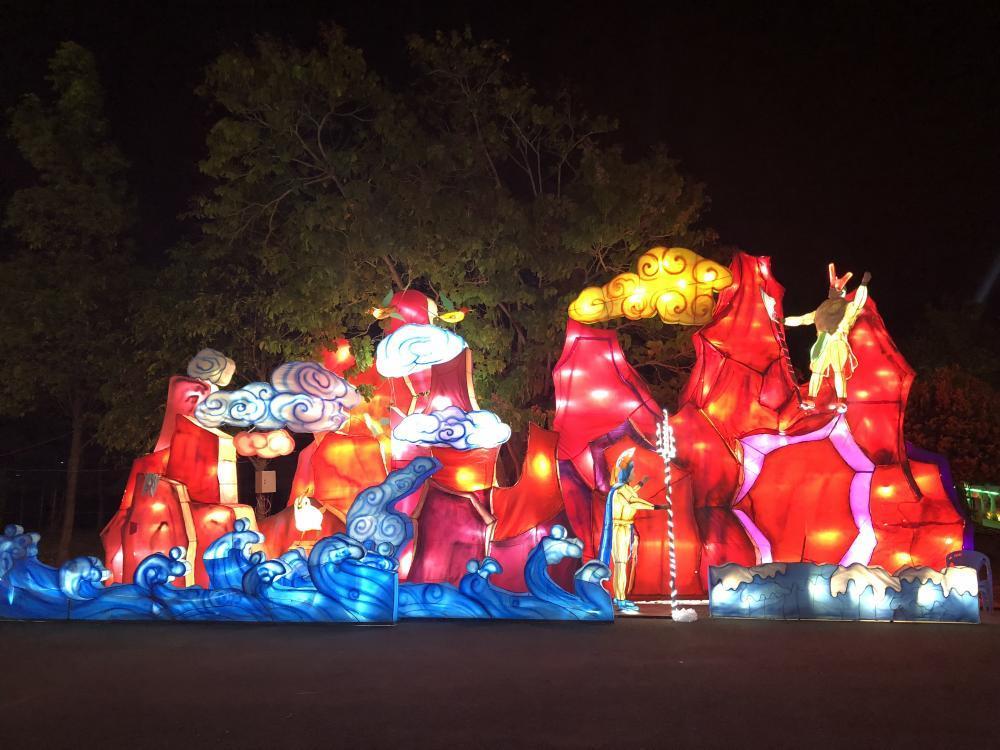 Bên cạnh đó, chương trình nhạc dân ca, xiếc, ảo thuật, múa, diễn ra hàng đêm từ 20-22 giờ tại lễ hội.