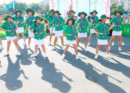 Đại hội thể thao Phường 9 (TP Vĩnh Long) còn có màn đồng diễn thể dục, múa hát tại lễ khai mạc.