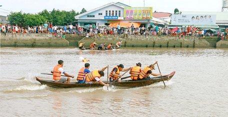 Đua xuồng- môn thi đấu mở đầu tại đại hội thể thao huyện Mang Thít.