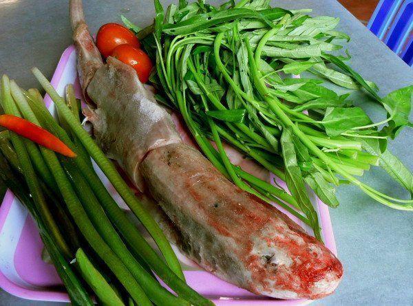 """Điều đáng nói là cá chèo bẻo không phải là cá sông, mà là cá biển. Nhưng món lẩu cá chèo bẻo của Vĩnh Long sẽ khiến thực khách không còn quan tâm đến nguồn gốc của giống cá này bởi hương vị của nó đã được """"miền Tây hóa"""" rất tinh tế. Ảnh: Minh Thụy"""