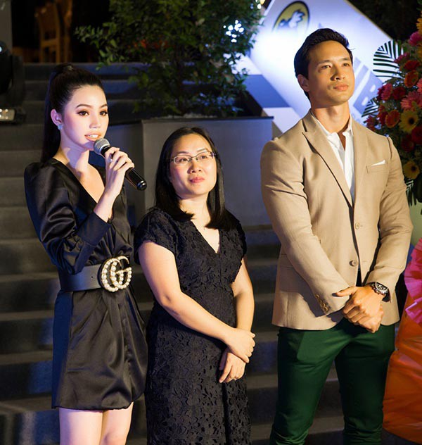 Kim Lý chủ động giữ khoảnh cách với Jolie Nguyễn (ngoài cùng bên trái - pv) khi đi sự kiện vào cuối năm 2017.
