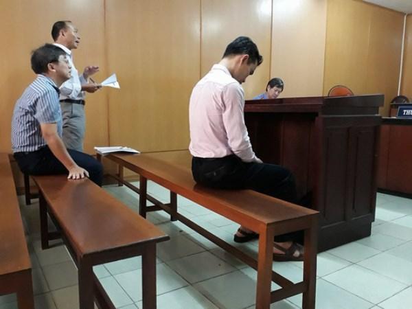 Bị cáo Huyền (hàng đầu) tại tòa