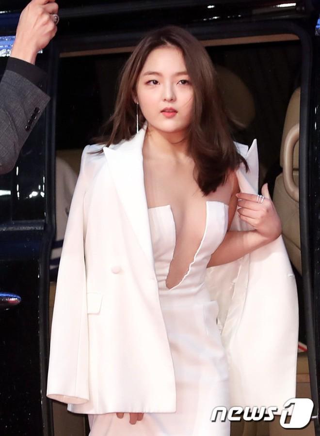 Cô nhóc ấy giờ đã 20 tuổi, đã đủ táo bạo để gây sốc với bộ cánh xẻ ngực như thế này trên thảm đỏ LHP Quốc tế Busan