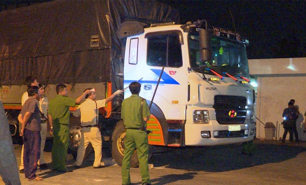 Lực lượng công an thuyết phục tài xế xuống xe để làm việc nhưng bất thành