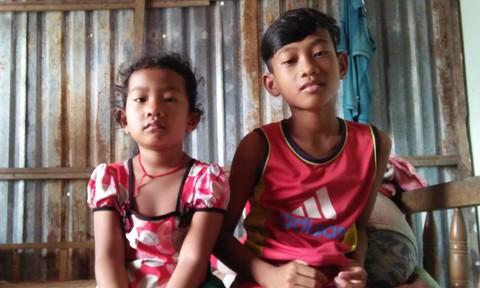Cháu Sơn Hoàng Năng hàng ngày phải đi móc cua mang ra chợ bán để lo cho em gái 4 tuổi - Sơn Thị Nhật Vy