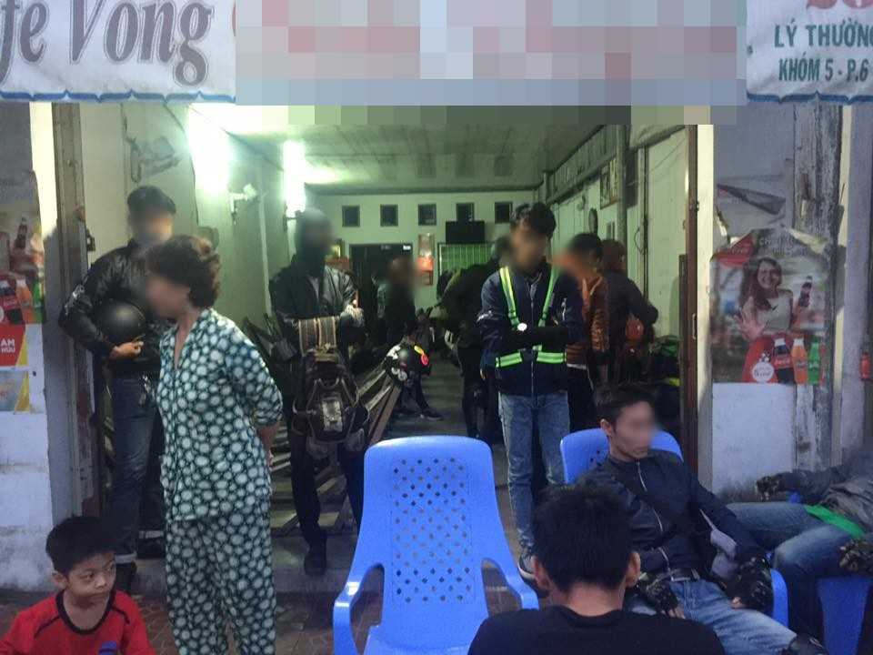 Nhóm phượt thủ qua đêm ở quán cafe võng chê đắt vì mất 400.000 đồng tiền thuê võng. Ảnh: Facebook.