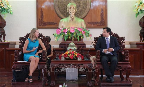 Chủ tịch UBND thành phố Cần Thơ Lê Quang Mạnh và Tổng Lãnh sự Hoa Kỳ tại thành phố Hồ Chí Minh Mary Tarnowka tại buổi làm việc.