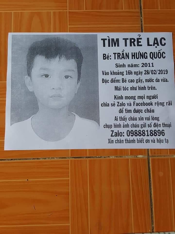 Bảng tờ rơi in hình và thông tin tìm kiếm con trai của anh Lộc đang mất tích.