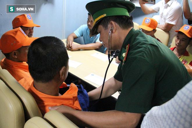 Các thuyền viên được làm thủ tục, kiểm tra sức khỏe trên tàu trước khi đưa lên bờ để về với gia đình.