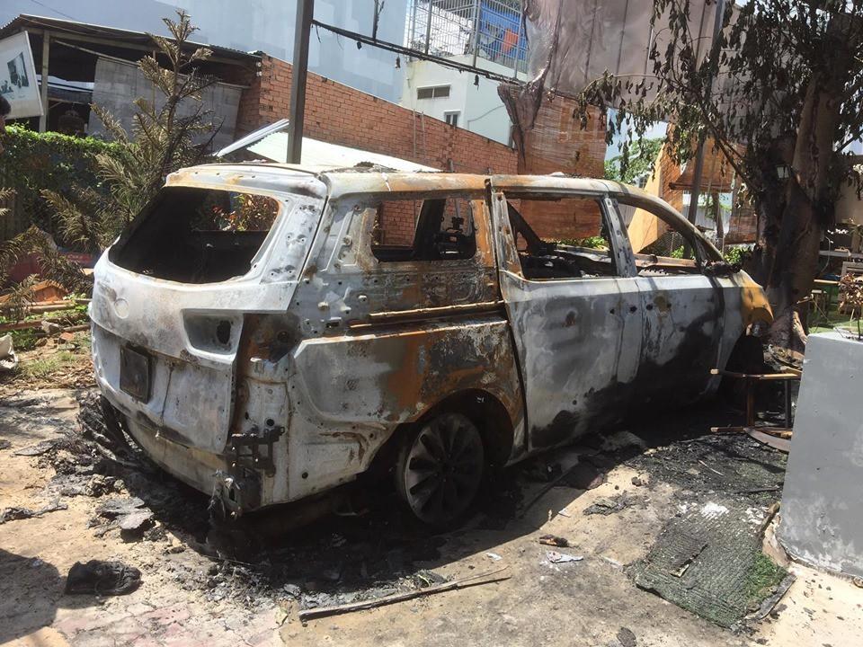 Chiếc ô tô đỗ trước cửa quán cháy trơ khung.