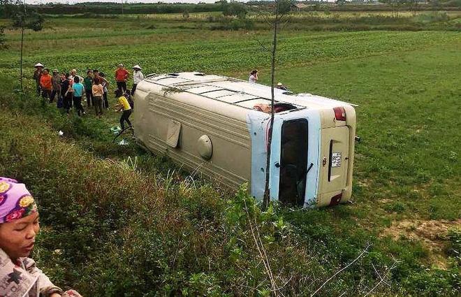 Hiện trường vụ xe chở công nhân bị lật.