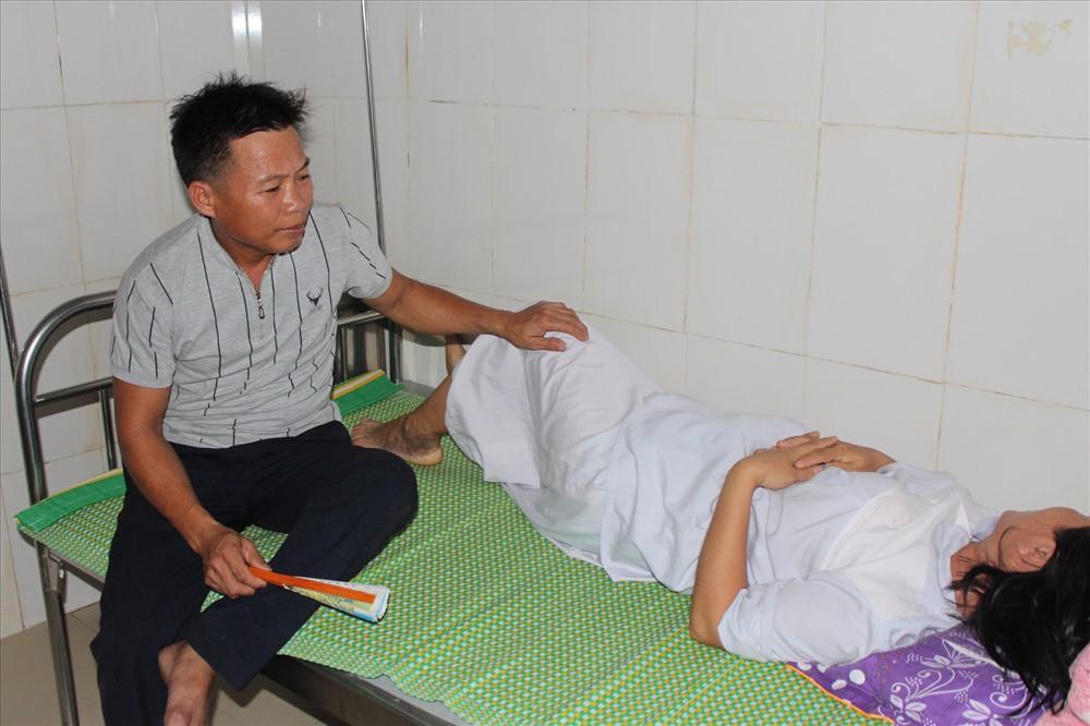 Vợ chồng sản phụ Nguyễn Thị Tình đau buồn sau cái chế.t của thai nhi. Ảnh: A.Đ