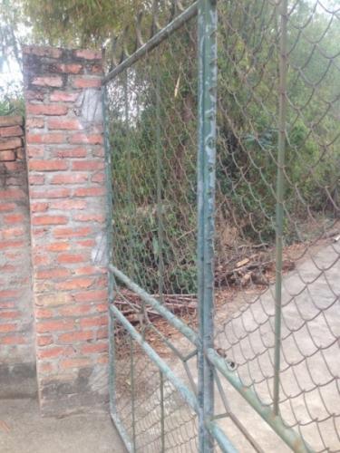 Cổng nhà đối tượng Tiến, nơi cháu N thường xuyên bị xâm hại tình dục