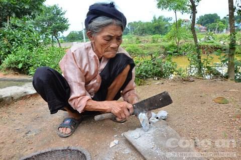 Đất ngói được cụ Biện lọc rất cẩn thận trước khi đem hơ khói