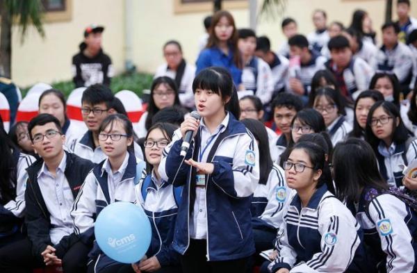 Học sinh đặt câu hỏi với các thầy cô trong ban tư vấn tại chương trình tư vấn tuyển sinh năm 2017 tại Nghệ An do báo Tuổi Trẻ và Bộ GD-ĐT phối hợp tổ chức - Ảnh: Nam Trần