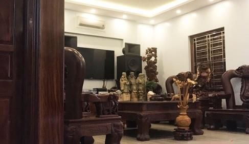 Đồ nội thất chủ yếu được làm bằng gỗ toát lên vẻ sang trọng.