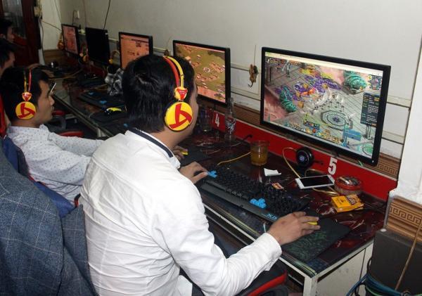 """Hiện nay, các trò chơi mang tên """"game ảo tiền thật"""" hay cờ bạc """"trá hình"""" đang thu hút số đông giới trẻ tham gia. Ảnh Dương Hà"""