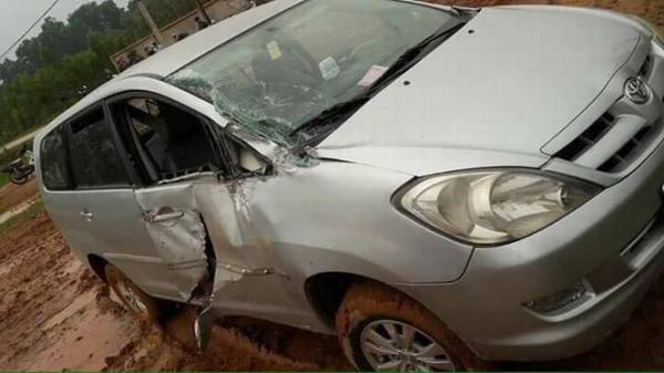Chiếc Innova bị rách toang cửa trước nhưng ở bên ghế phụ.