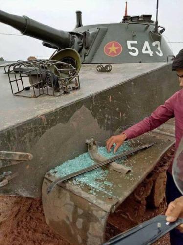 Vụn kính vỡ của chiếc Innova trên chiếc xe tăng.