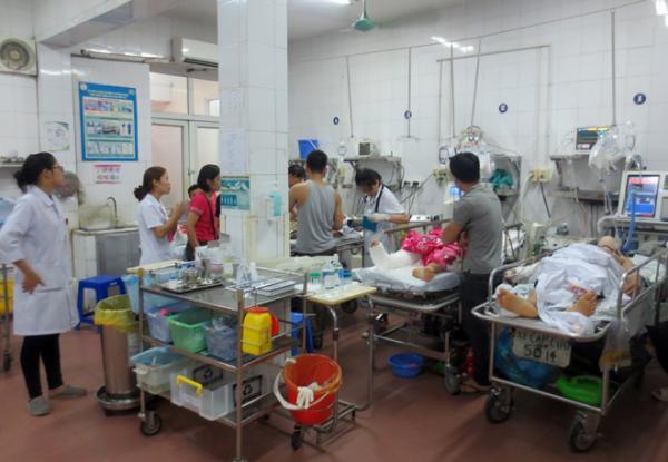 Nhiều bệnh nhân bị TNGT đang nằm cấp cứu, điều trị tại Bệnh viện Việt Đức chiều 2-5.