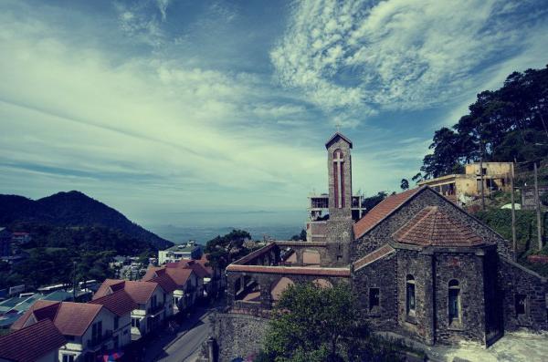 Du lịch Tam Đảo, du khách có cơ hội thăm quan những cảnh đẹp nổi tiếng như Thác Bạc, nhà thờ cổ, tháp truyền hình...(Ảnh: ST)
