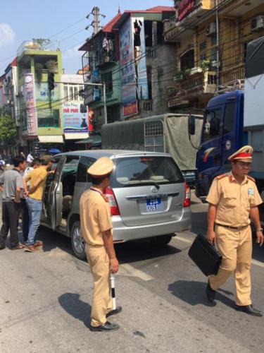 Lực lượng chức năng khẩn trương đến hiện trường để xử lý vụ tai nạn.