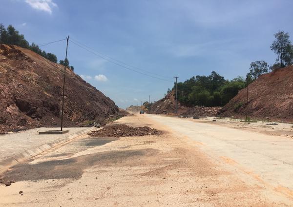 Tuyến đường từ Bì La đi trung tâm huyện Lập Thạch đã cơ bản hoàn thành, chỉ còn vướng 300m cuối tuyến