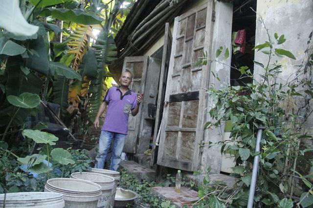 Nhà thơ Nguyễn Đăng Hành bên ngôi nhà cũ kỹ, cửa luôn mở thông thống.