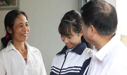 Hai mẹ con bà Nam tươi cười hạnh phúc bên nhau.