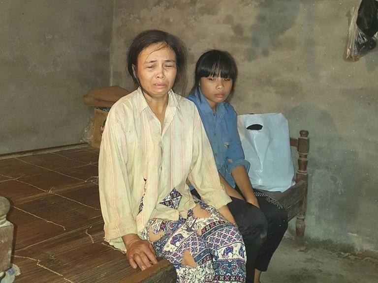 Hai mẹ con chị Tạ Thị Thủy và cháu Nguyễn Thị Hương Nguyên trong căn nhà xập xệ của mình
