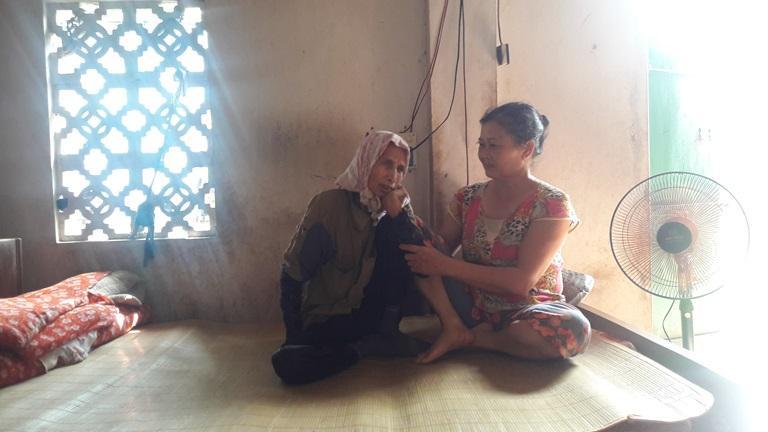 Hàng xóm ở gần nhà bà Nguyễn Thị Mến, thôn Mai Yên, xã Trung Kiên (Yên Lạc) thường xuyên sang thăm hỏi, trò chuyện, giúp đỡ bà