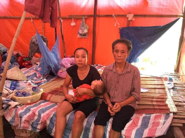 Ba thế hệ gia đình bà Nguyễn Thị Xuân ở thị trấn Tứ Trưng (Vĩnh Tường) đang phải sinh hoạt trong một túp lều dựng tạm trên ô đất mượn của chính quyền địa phương