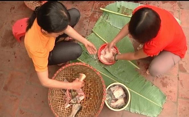 Khâu làm sạch cá, ướp muối