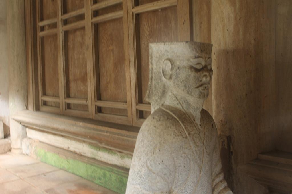 Tượng đá được chạm khắc tinh xảo được đặt trong đền
