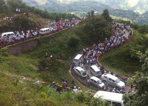 Nghỉ lễ, lượng khách đổ về khu du lịch Mẫu Sơn, Lạng Sơn tăng đột biến. Tuyến đường dẫn lên đây ách tắc kéo dài hàng cây số. Đây cũng trở thành