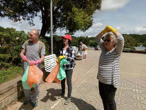 Ngày 3/9 tại công viên Yersin, một nhóm bạn trẻ cùng người nước ngoài sống tại Đà Lạt đã dành 2 tiếng cùng nhau thu dọn rác thải do du khách để lại sau ngày nghỉ lễ.