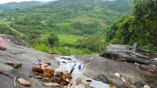 Bình Liêu, Quảng Ninh là điểm du lịch yêu thích của dân phượt. Tuy nhiên sau khi tổ chức ăn uống tại thác Khe Vằn, nhiều nhóm bạn đã bỏ lại rác đồ ăn, vỏ lon khắp bãi đá quanh thác.