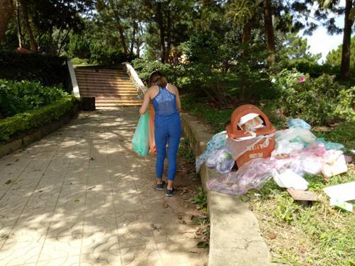 Những địa điểm nổi tiếng như chợ Đà Lạt, công viên Yersin, quảng trường Lâm Viên,... là nơi rác xả khắp nơi, có khi chất thành đống. Các thùng rác dường như cũng