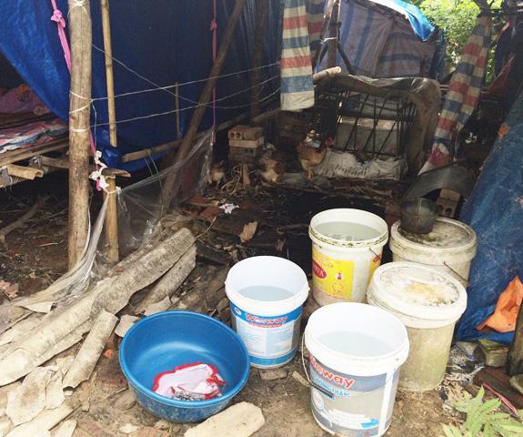 Hàng ngày bà phải sang chùa để xin nước về để dùng.