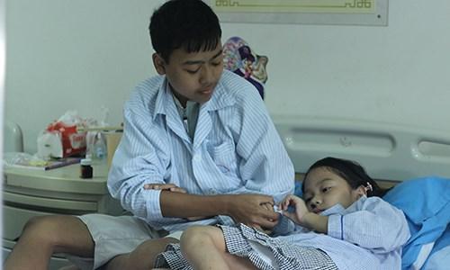 Hai anh em Tuấn và Ánh đang điều trị tại Viện Huyết học - Truyền máu Trung ương (Hà Nội).