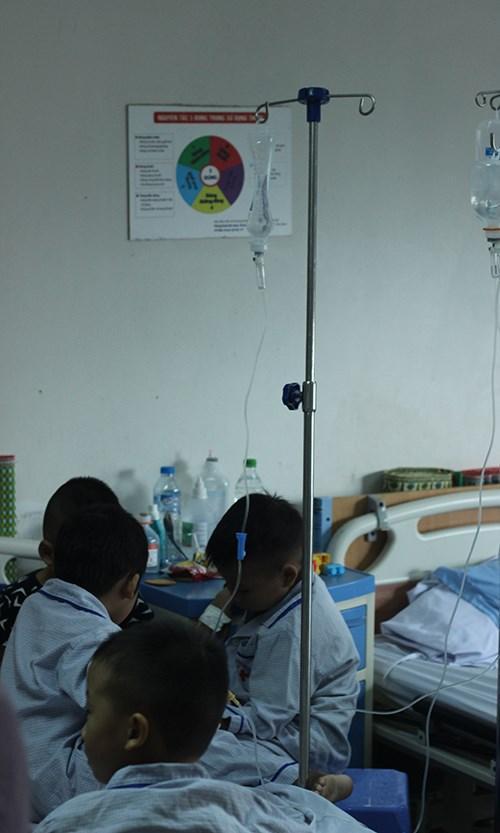 Các em chỉ biết ngồi quây quần bên nhau trên giường bệnh hoặc phụ huynh đưa đi loanh quanh khu hành lang bệnh viện.